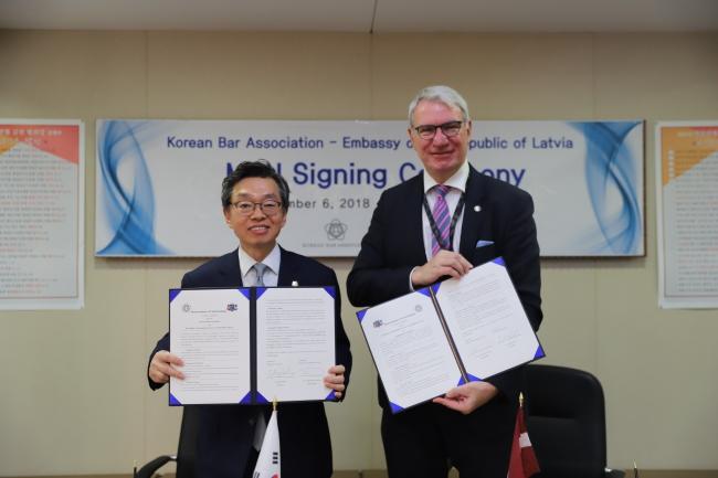 Latvian Ambassador to Korea Peteris Vaivars (right) and Korean Bar Association President Kim Hyun (Latvian Embassy)