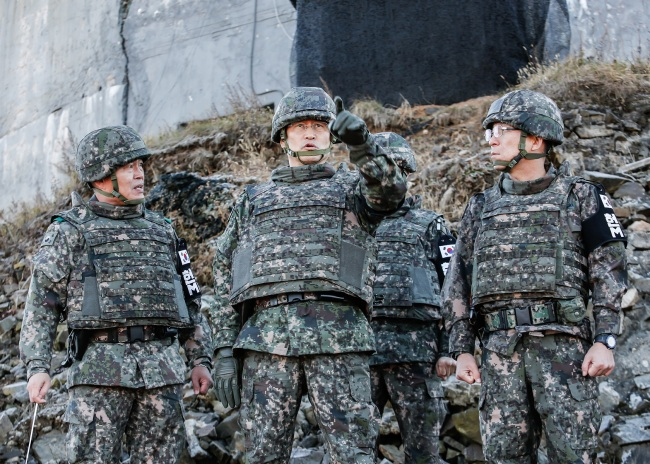 Top Army officer Gen. Kim Yong-woo (middle) inspecting the destruction of a guard post in Chorwon, Gangwon Province, November 12, 2018 (Yonhap)