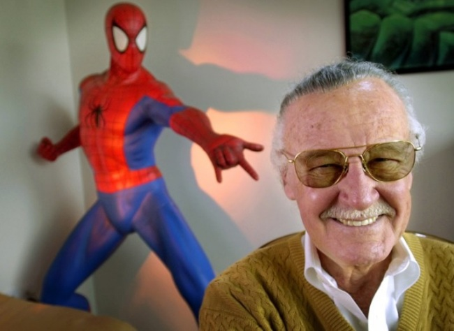 """Stan Lee, creator of comic-book franchises such as """"Spider-Man,"""" """"The Incredible Hulk"""" and """"X-Men,"""" smiles during a photo session in his office in Santa Monica, California, on April 16, 2002. (AP-Yonhap)"""