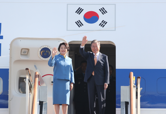 President Moon Jae-in (right) and the First Lady Kim Jung-sook leaving for Singapore, November 13, 2018 (Yonhap)