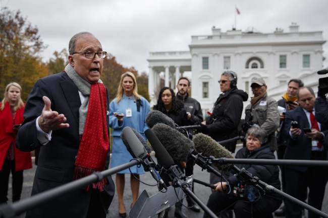 White House chief economic adviser Larry Kudlow talks to reporters outside the White House, Tuesday. (AP-Yonhap)