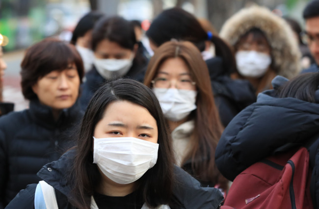 Students taking college entrance exam `suneung` wearing masks on the day of exam (Yonhap)