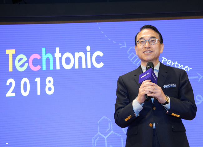 "Samsung SDS CEO Hong Won-pyo speaks during the ""Techtonic 2018"" conference in Seoul, Thursday (Samsung SDS)"