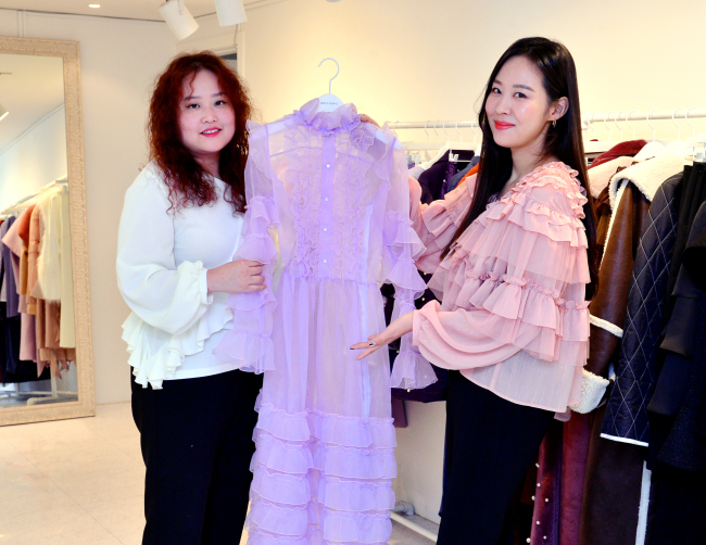 Dew E Dew E fashion and art director Kim Jin-young (left) and creative director Lee Su-yeon (By Park Hyun-koo / The Korea Herald)