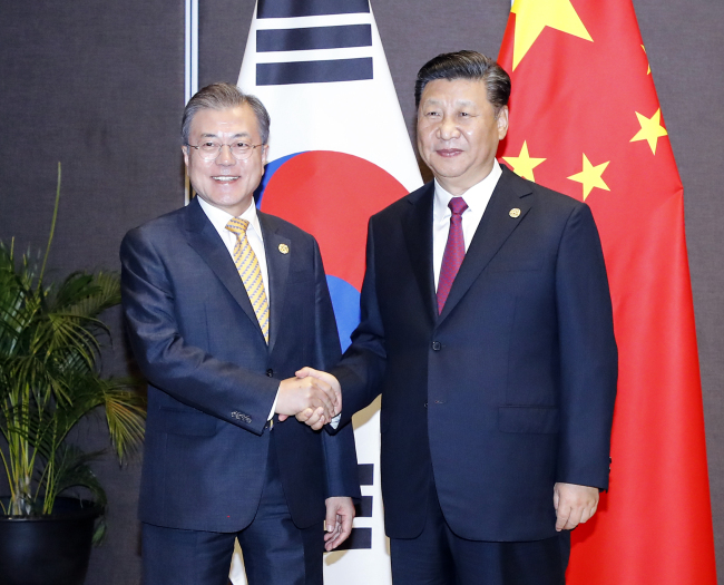 President Moon Jae-in and Chinese President Xi Jinping pose for a photograph ahead of the summit meeting in Papua New Guinea on Saturday. Yonhap