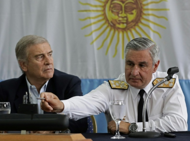 Admiral Jose Villan (r), the navy`s new head, explained that the particular relief of the seabed had complicated its discovery in an area well-trawled by search Argentine and foreign ships (AFP)