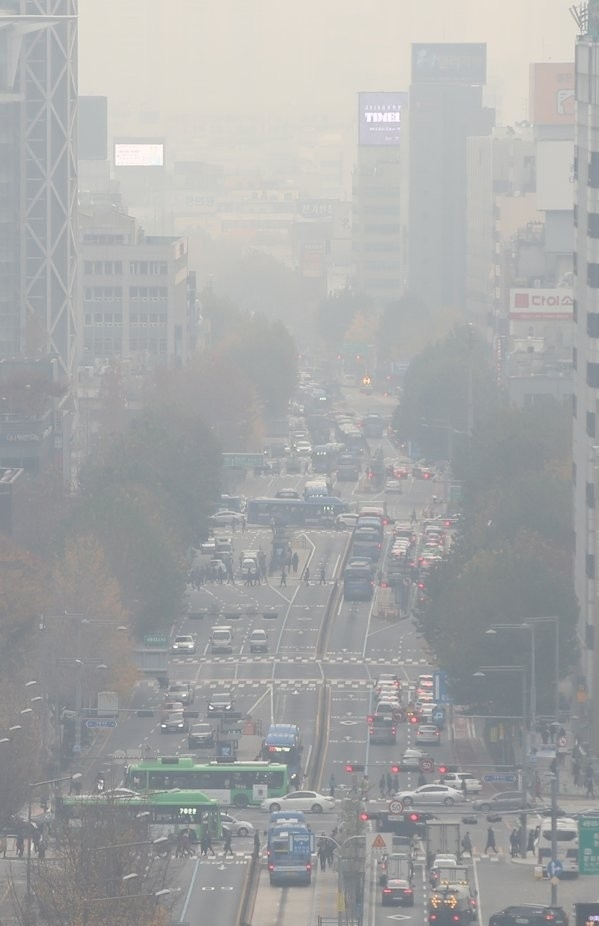 Fine dust blankets central Seoul in this photo taken Monday morning. (Yonhap)