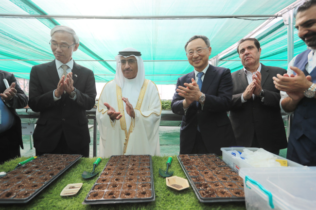 KT Chairman Hwang Chang-gyu (third from left) and Saeed bin Saqr bin Sultan Al-Qasimi, ruler of Sharijah (second from left), clap at a ceremonyforKT's smart farm in Sharjah, United Arab Emirates, Sunday. (KT)