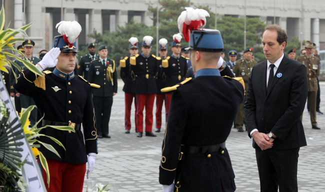 French Ambassador to Korea Fabien Penone honors fallen comrades and active-duty servicepersons at a ceremony marking the 100th anniversary of the end of World War I at the War Memorial of Korea in Seoul on Nov. 11. (Yonhap)