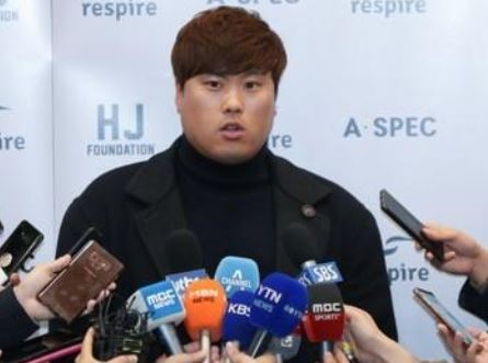 Ryu Hyun-jin of the Los Angeles Dodgers speaks to reporters at Incheon International Airport on Nov. 20, 2018. (Yonhap)