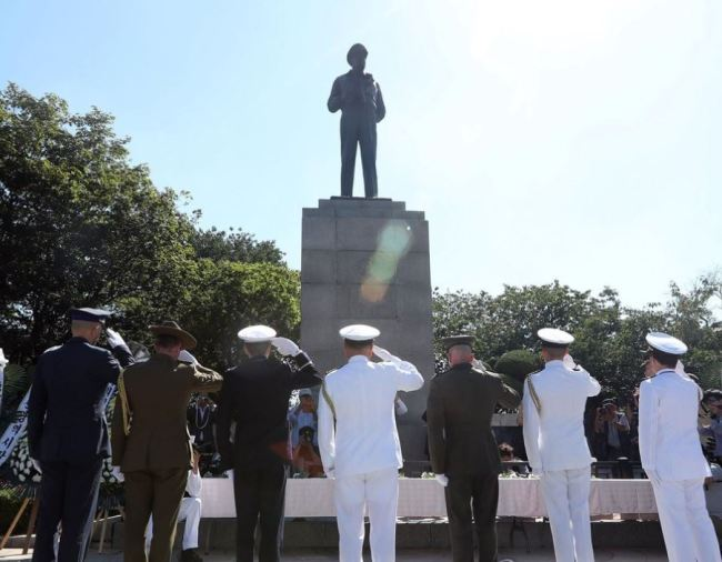 A group of soldiers pays tribute to the late US Gen. Douglas MacArthur at Jayu Park in Incheon, west of Seoul, after laying wreaths at his statue on Sept. 15, 2017, the 67th anniversary of the 1950 landing by a MacArthur-led UN coalition in the port city that turned the tide of the 1950-53 Korean War. (Yonhap)