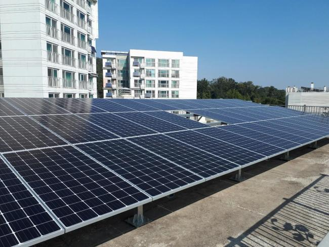 """A solar panel is installed at the rooftop of Sinjeong Ipen House, one of the 100 """"energy self-sufficient villages"""" in Seoul, designated apartment complexes where residents use renewable energy technologies. (Seoul Metropolitan Government)"""