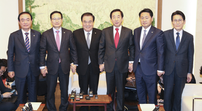 National Assembly Speaker Moon Hee-sang (third from left) and floor leaders of the political parties pose for a photograph at the National Assembly on Wednesday. Yonhap