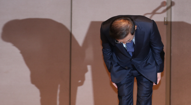 Samsung CEO Kim Ki-nam bows to the victims' families of former Samsung workers who have died of work-related diseases and those who are currently suffering from illnesses at Press Center in central Seoul on Friday. (Yonhap)