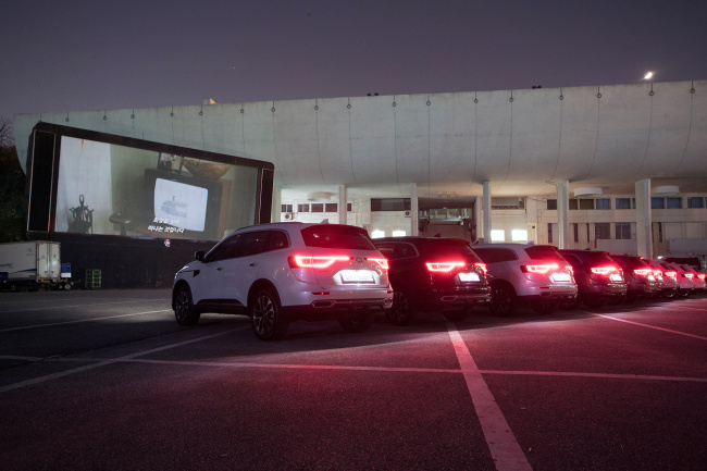 """QM6 GDe are lined up for John Carney's """"Sing Street"""" at a drive-in theater in Seoul. Renault Samsung"""
