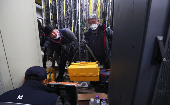KT employees work to repair the network at the company's branch in Ahyeon-dong, Seoul, Sunday. Yonhap