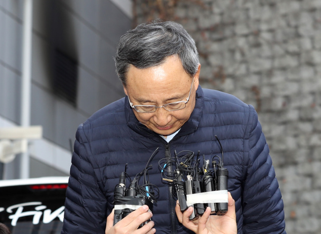 KT Chairman Hwang Chang-gyu apologizes for the Saturday fire that broke out at the telecommunication company's Ahyeon-dong branch during a visit to the site Sunday. Yonhap