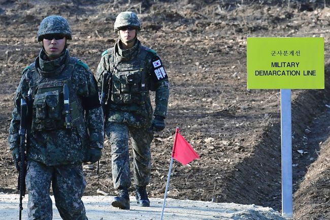 South Korean soldiers walk at Arrowhead Ridge as they build a tactical road across the Military Demarcation Line inside the Demilitarized Zone (DMZ) in Cheorwon, Gangwon Province, South Korea Thursday on Nov. 22. (Yonhap)