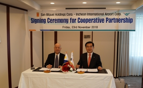 Chung Il-young (right), president of Incheon International Airport, and Ramon See Ang, CEO of the San Miguel Holdings Corporation pose for cooperative partnership's signing ceremony of new Manila Airport project at the Imperial Hotel in Tokyo, Japan. (IIAC)