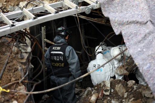 Investigators conduct a second on-site investigation at the KT building in Ahyeon-dong, Seoul, Monday. (Yonhap)