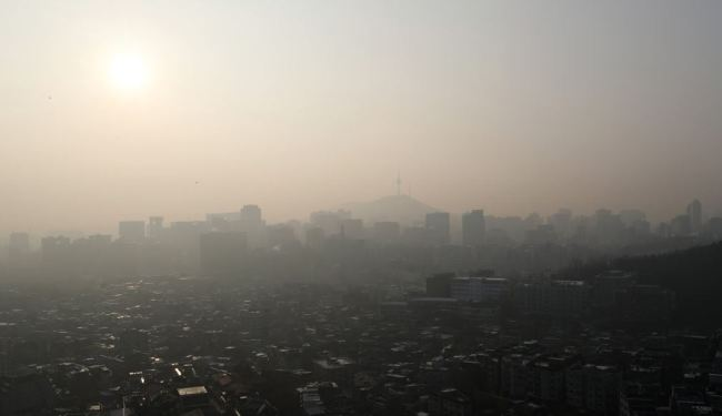 Dust blankets Tuesday morning in Seoul. (Yonhap)