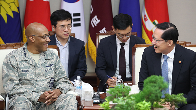 US Pacific Air Forces Commander Gen. Charles Brown (left) and former Defense Minister Song Young-moo. Yonhap
