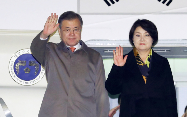 President Moon Jae-in and first lady Kim Jung-sook arrives in Prague (Yonhap)