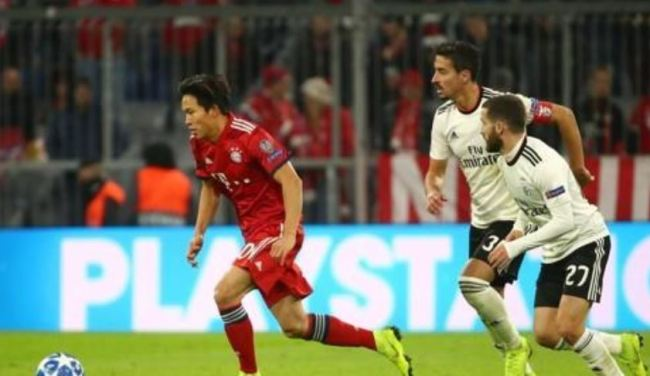 This Reuters photo taken on Nov. 27, 2018, shows Bayern Munich`s Jeong Woo-yeong (L) in action during the UEFA Champions League Group E match between Bayern Munich and Benfica at Allianz Arena in Munich, Germany. (Yonhap)