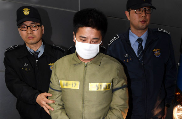 Lee Young-hak, 36, who was found guilty of murdering his 14-year-old daughter's friend, heads to court, Nov. 17, 2017 (Yonhap)