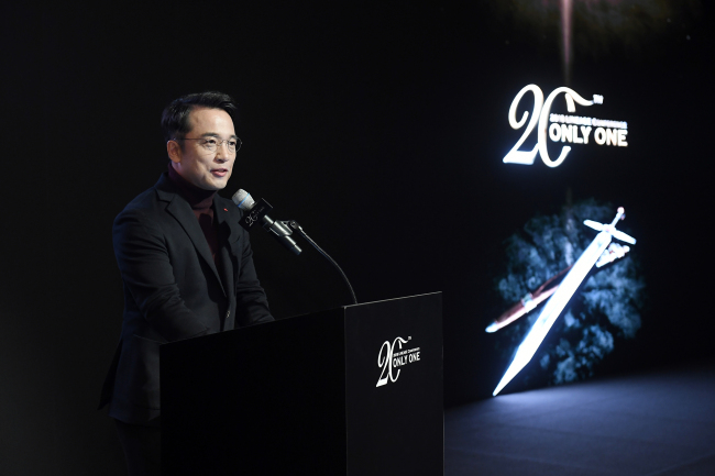 """`LINEAGE REMASTERED` UNVEILED -- NCSoft CEO Kim Taek-jin introduces """"Lineage Remastered,"""" an upgraded version of the company's flagship online PC game """"Lineage,"""" at a launch event in Seoul on Thursday. The new """"Lineage,"""" fitted with improved graphics, an auto play mode, new character classes and battle modes, was launched in celebration of the game's 20-year anniversary. (Yonhap)"""