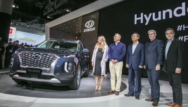 Hyundai Executive Vice Chairman Chung Eui-sun (second from left) poses during an unveiling of the carmaker`s new SUV Palisade at the LA Motor Show on Wednesday. (Hyundai Motor)