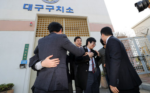 Korean conscientious objectors are seen in front of a prison in Daegu on Friday soon after their release. (Yonhap)
