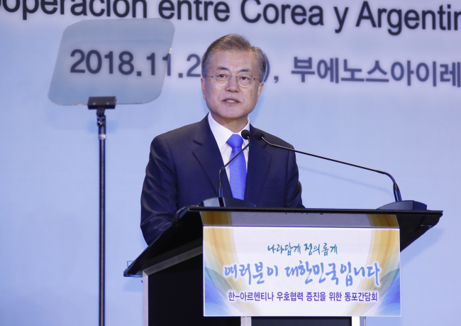 President Moon Jae-in addresses Koreans based in Argentina in Buenos Aires on Thursday. Yonhap
