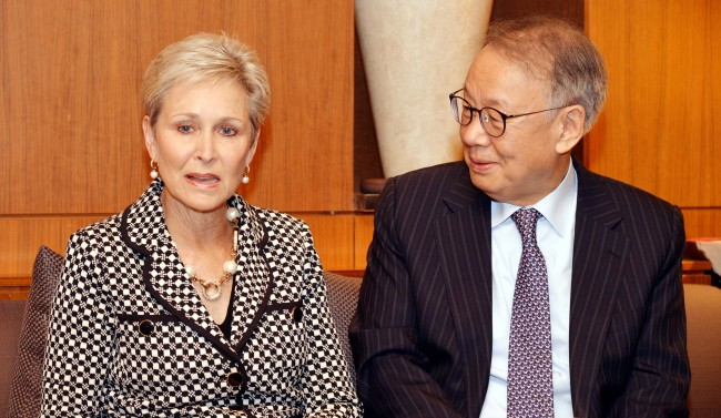 Olivia Kirtley (left), former chair of the International Federation of Accountants, and incumbent Chairman Joo In-ki speak in a joint interview with The Korea Herald and Herald Business. (Chung Hee-cho/ The Korea Herald)
