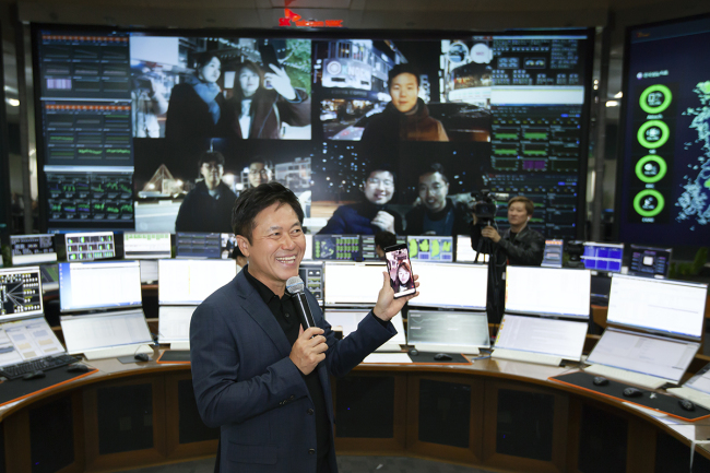 SKT CEO Park Jung-ho poses with a 5G smartphone at the company's network control center in Bundang, Gyeonggi Province on Saturday. (SK Telecom)