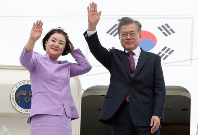 President Moon Jae-in(right) and First Lady Kim Jung-sook. Yonhap