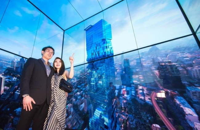 Models pose inside a high-speed elevator in Thailand`s tallest building, MahaNakhon Tower, located in Bangkok, in this photo released by LG Electronics Inc. on Dec. 3, 2018. (Yonhap)