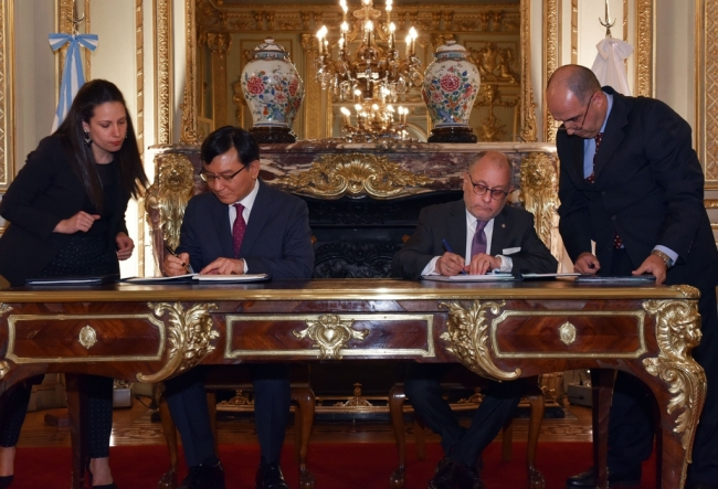 Argentine Foreign Minister Jorge Faurie (R) and South Korea's Ambassador to Argentina, Lim Ki-mo, sign a social security agreement in Buenos Aires on Nov. 27, 2018, in this photo provided by South Korea's foreign ministry. (Yonhap)