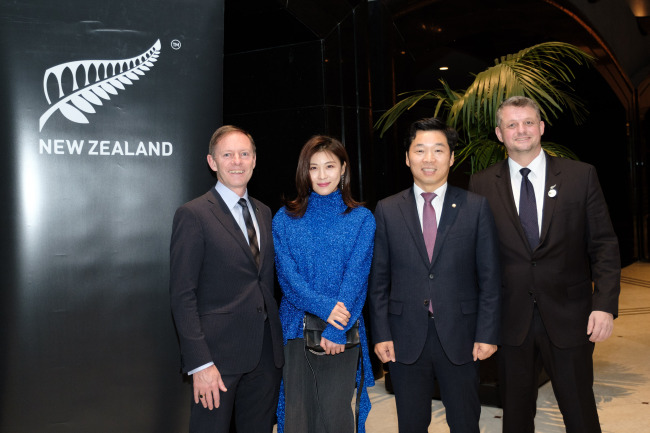 From left: New Zealand Ambassador Philip Turner, Korean actress and New Zealand Cultural Ambassador Ha Ji-won, National Assemblyman Kim Byoung-gwan and Kiwi Chamber Chairman Tony Garrett (Kiwi Chamber)
