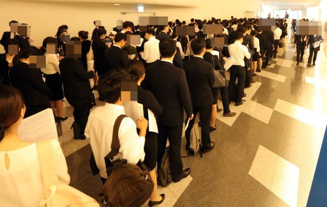 Job seekers stand in line at a recruitment fair jointly held by major financial firms in Seoul. (Yonhap)