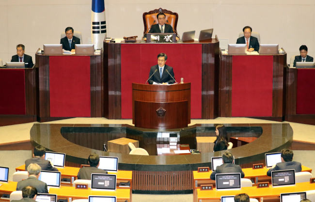 Deputy Prime Minister and Finance Minister Kim Dong-yeon speaks at the parliamentary plenary session on Monday, urging for the passage of the government's budget proposal for 2019. (Yonhap)