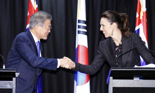President Moon Jae-in and Prime Minister Jacinda Ardern of New Zealand shakes hands at the joint press conference in Auckland, New Zealand on Tuesday. Yonhap