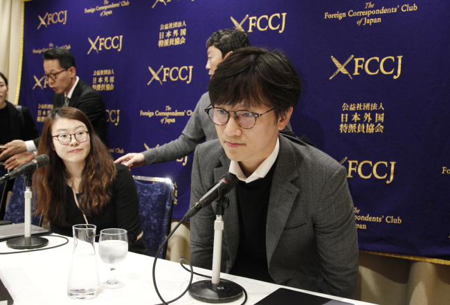 Plaintiffs` attorneys Lim Jae-sung, right, and Kim Se-eun, left, take seats for a press conference in Tokyo, Tuesday. The two lawyers for Korean forced laborers demanded Nippon Steel & Sumitomo Metal Corp., a Japanese steelmaker, respond to their request to discuss compensation by Christmas, or they will take legal step to freeze its assets in their country. South Korea's top court ordered Nippon Steel to compensate 100 million won ($87,680) each to four plaintiffs forced to work at the company during Japan's colonial rule of the Korean Peninsula. (AP-Yonhap)