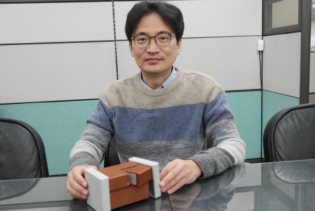 Master engineer Lee Jong-ho explains MLCC technologies at the Samsung Electro-Mechanics headquarters in Suwon, Gyeonggi Province. (Samsung Electro-Mechanics)
