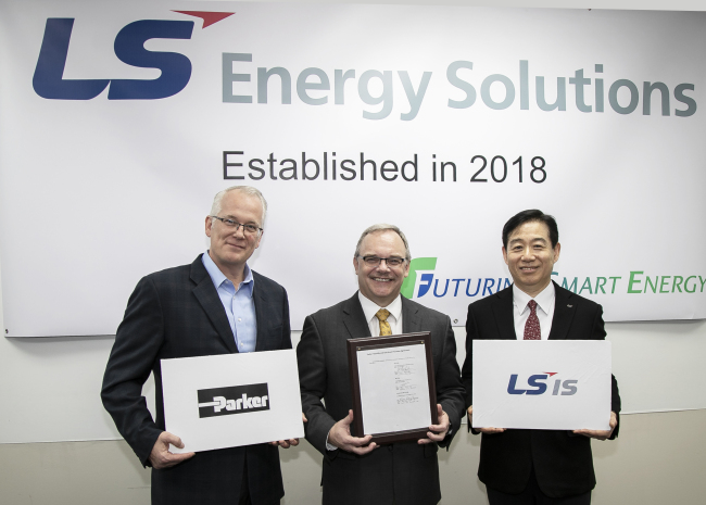 (From left) Parker Hannifin Vice President Paul Horvat, LS Energy Solutions President Jim Hoelscher and Oh Jae-seok, executive vice president of LSIS Power Solution Business Group, pose after signing a deal at LS Energy Solutions in Charlottesville, North Carolina. (LSIS)