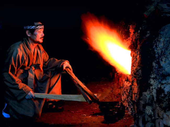 Lee Jong-neung works at his kiln in Gwangju, Gyeonggi Province. (Park Hyun-koo/The Korea Herald)