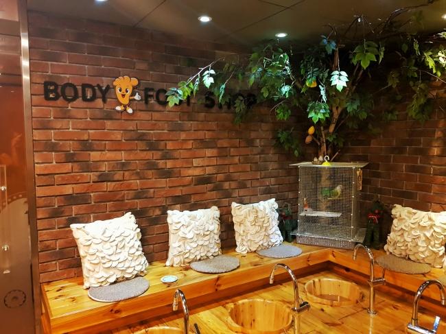 A foot bath station inside a Body & Foot branch near Sookmyung Women's University Station in Seoul (Sohn Ji-young/The Korea Herald)