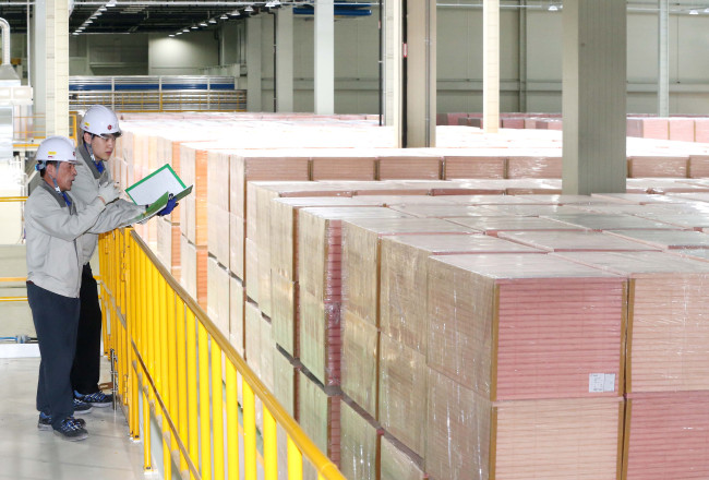LG Hausys engineers check phenolic foam insulation at the firm's Oksan plant in Cheongju, North Chungcheong Province. (LG Hausys)