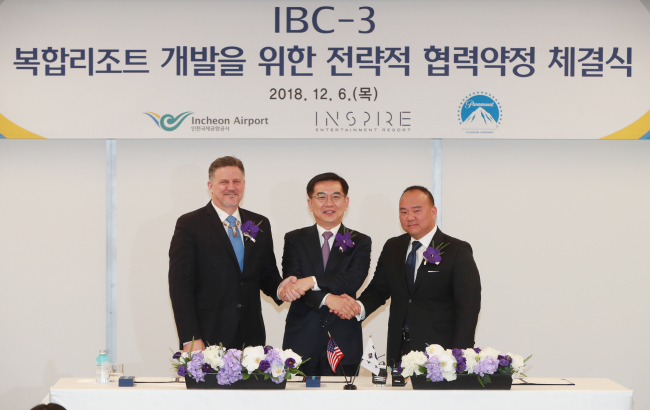 From left: Kevin Brown, chairman of the Mohegan Tribe and the Mohegan Gaming & Entertainment, Incheon International Airport Corp. CEO Chung Il-young and Kevin Suh, Paramount's executive vice president for themed entertainment. (Incheon International Airport Corp.)