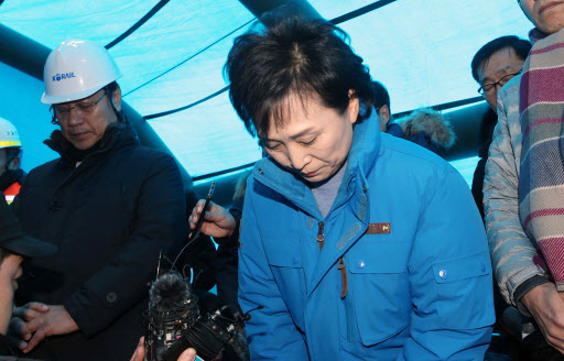 Land Minister Kim Hyun-mee apologizes at the site of a derailment in Gangneung, Gangwon Province, Sunday. (Yonhap)